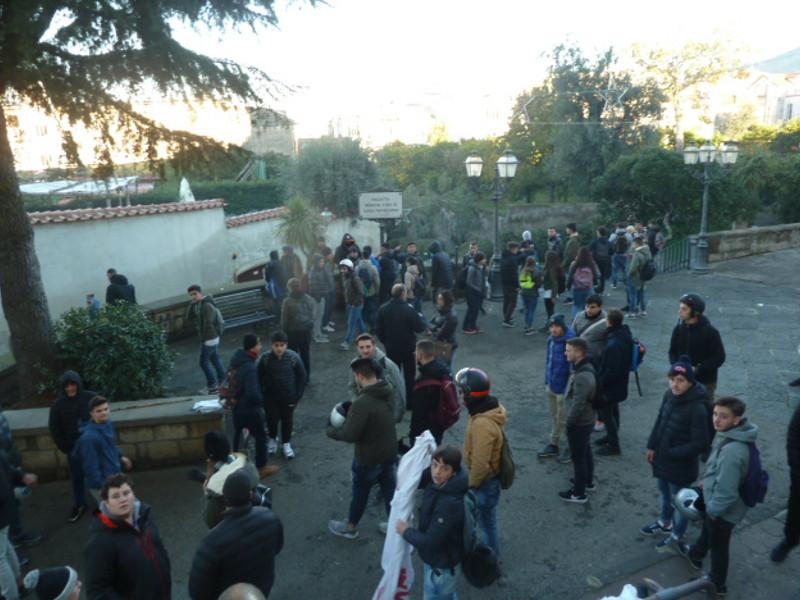 """Piano di Sorrento/ """"Aule al freddo ecco perché scioperiamo"""", la protesta dei ragazzi del Bixio"""