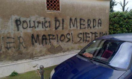 """Sant'Agnello/ """"Politici di Merda"""": murales di protesta ai Colli di Fontanelle"""