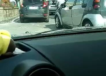 """Piano di Sorrento/ """"Piazza mercato è un caos: dove sono i vigili?"""": la video-denuncia dell'avvocato Lidia Iaccarino (VIDEO)"""