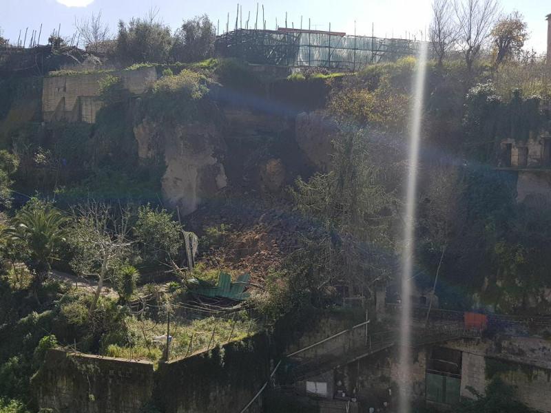 Piano di Sorrento/ Nuovo crollo in via Ponte Orazio, un cagnolino resta intrappolato sotto le macerie (VIDEO)