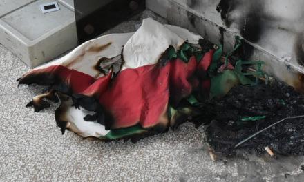 Piano di Sorrento/ Bruciano anche il tricolore: continua il viaggio all'interno della scuola abbandonata (IL REPORTAGE FOTOGRAFICO DELLA VERGOGNA – SECONDO PUNTATA)