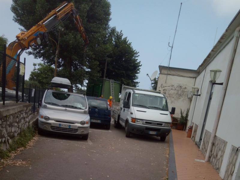 Meta/ Operai a lavoro a Casa Starita per montare l'antenna della telefonia