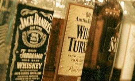 """Sorrento/ """"Di sera turisti ubriachi molestano le ragazze: controlliamo la vendita di alcool"""": la denuncia del dj Nino Lauro"""
