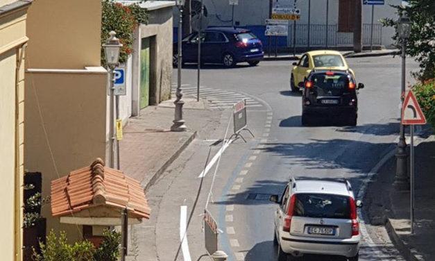 Sant'Agnello/ Via i posti per le auto e largo agli stalli per i motorini: scoppia la polemica contro l'Amministrazione