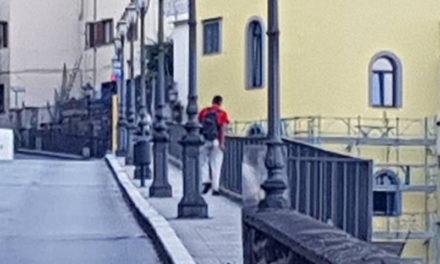 Meta/ Dietro la vicenda dell'uomo che lancia le bottiglie c'è l'ennesimo corto circuito della legge italiana