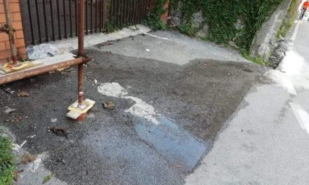 Sant'Agnello/ In via Iommella salta il tombino e la fogna scarica da due giorni in strada (FOTO-NOTIZIA)