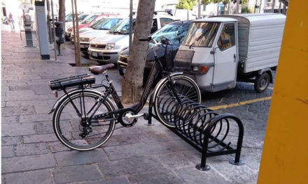 Piano di Sorrento/ Rastrelliere per bici sui marciapiedi e aumentano i rischi per i pedoni