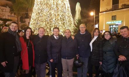 """Sant'Agnello/ """"L'albero in piazza è una cagata colossale"""": la provocazione di Vittorio D'Esposito"""