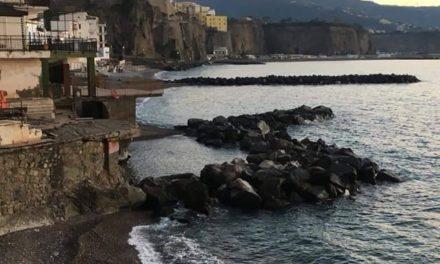 """Meta/ """"Arriva una piscina privata?"""": indignazione sui social per la strana scogliera all'Alimuri"""