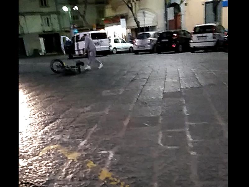 Piano di Sorrento/ Scene di ordinaria follia pochi minuti fa in Piazza Cota (VIDEO)