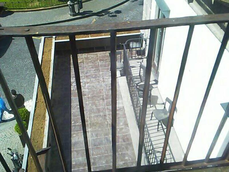 """Sorrento/ """"A breve spunteranno sedie ed ombrelloni"""": Lotito (M5S) torna alla carica sul """"balcone"""" del Municipio"""