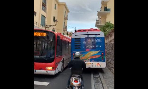 Meta/ L'autobus non riesce a passare e sale sul marciapiedi appena rifatto