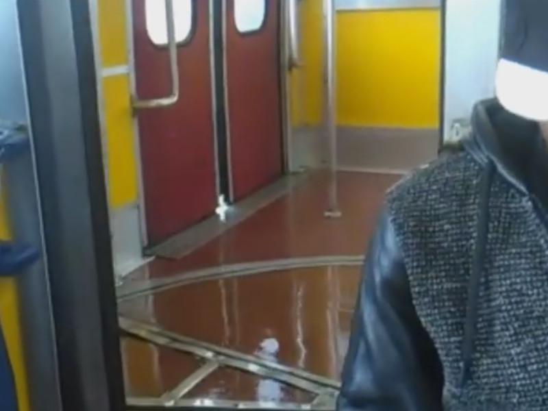 """Penisola sorrentina/ Aprite gli ombrelli nei treni dell'EAV piove a """"zeffunno"""" (VIDEO)"""