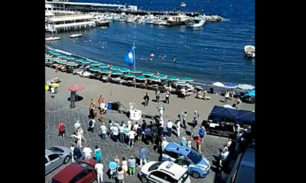 "Sorrento/ ""Folla oceanica"" all'alza bandiera blu di Marina Grande (VIDEO)"