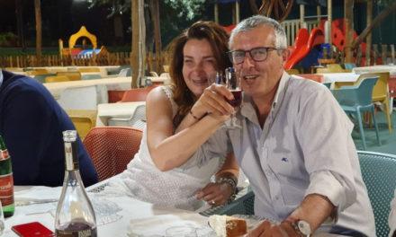 """Meta/ """"C'eravamo tanto odiati"""": il brindisi intrecciato mette la pace tra Peppe Tito ed Angela Aiello (FOTO-NOTIZIA)"""