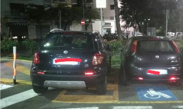 Piano di Sorrento – Sant'Agnello/ Auto con contrassegno disabili, parcheggia davanti alla rampetta per…i disabili: la denuncia su Sorrento senza barriere (FOTO-NOTIZIA)