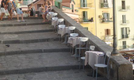Sorrento/ Spuntano tavulini e seggiulelle sulla scalinata di Donna Sufia a Marina Grande (FOTO NOTIZIA)