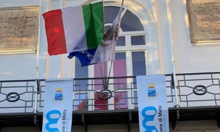 """Meta/ Per la festa del Bicentenario al Comune si erano scordati: fiori, targhe e """"pastarelle"""""""