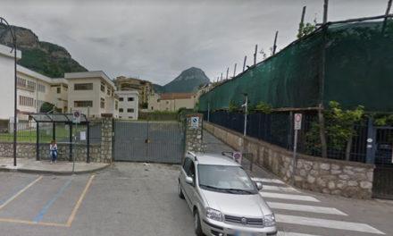 Meta/ Via un pezzo dell'area esterna del Liceo per consentire ai motorini di passare in via Cassari: la nuova trovata dell'Amministrazione