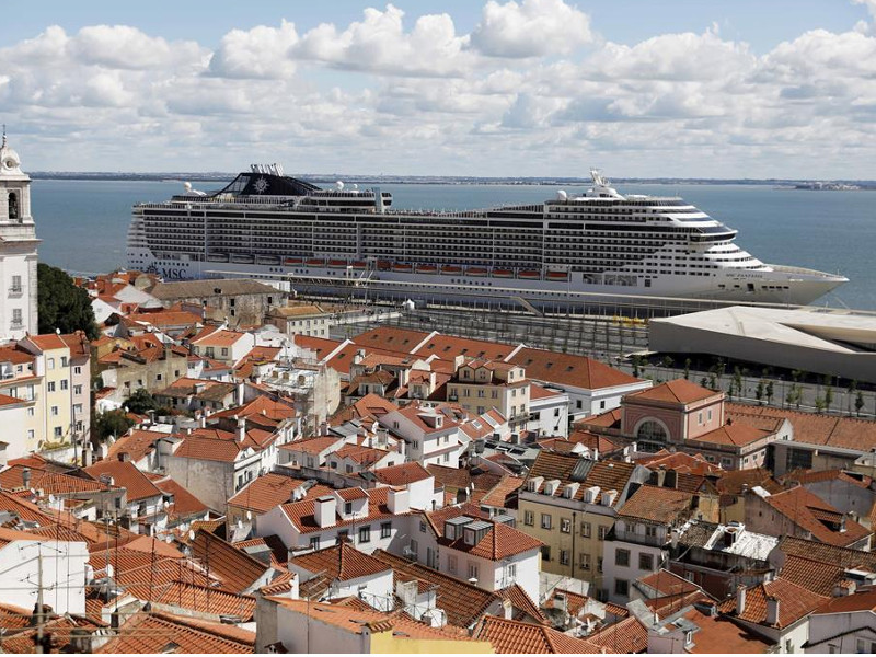 Emergenza Coronavirus/ Positivo un passeggero portoghese a bordo della MSC Fantasia: ora rientro rinviato, la nave resta ferma nel porto di Lisbona in attesa delle controanalisi