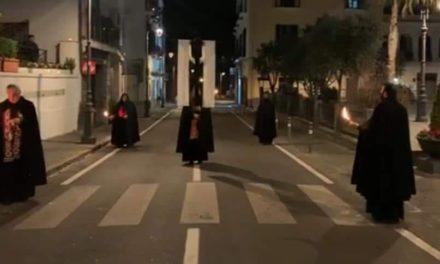 Emergenza CoronaVirus / Nonostante tutto, si fa la via Crucis: a Vico c'è chi può e chi non può