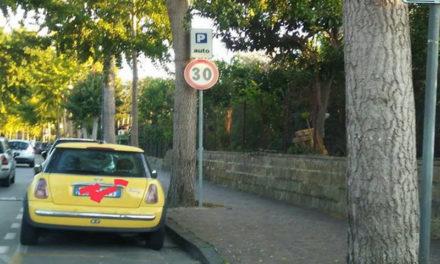 Foto Notizia/ Non ci sono parole: il posto per i disabili blocca la rampa per le carrozzelle