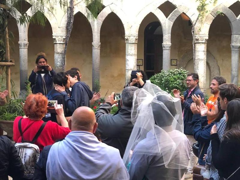 Sorrento/ Matrimonio simulato con tanto di bacio omo nel Chiostro dei Francescani: loro manifestano così (FOTO E VIDEO)