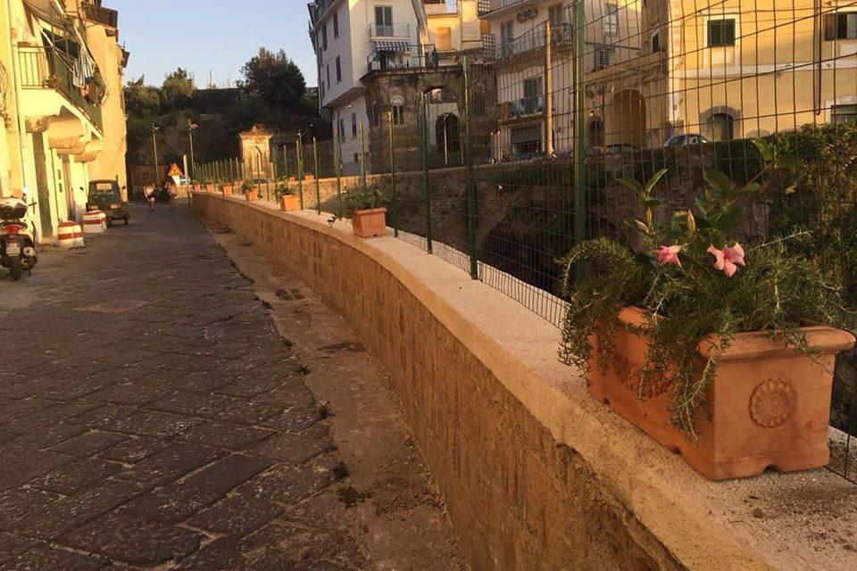 Meta – Piano di Sorrento/ Tito sfida Iaccarino e piazza le fioriere a Ponte Orazio Est