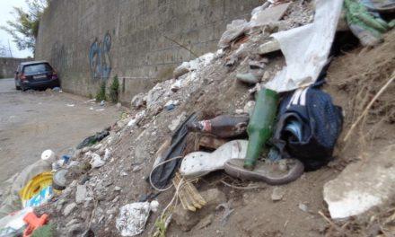 """Piano di Sorrento/ Copertoni, materiale edile, pezzi igienici, amianto, persino un auto senza targa: il WWF denuncia ancora la """"discarica"""" di via Formiello (FOTO-GALLERY)"""