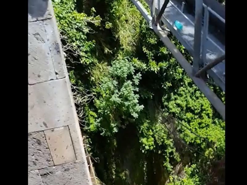 Meta – Piano di Sorrento/ Da tre giorni perde la condotta sul ponte e giù acqua a catinelle (VIDEO)