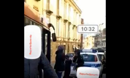 Piano di Sorrento/ L'auto dei vigili in sosta sulla fermata degli autobus ed il pullman si ferma in strada (Video-denuncia di un lettore)