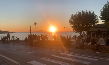 """Emergenza CoronaVirus / Terrazze piene al tramonto in Penisola Sorrentina: la ripartenza sembra un """"liberi tutti"""""""